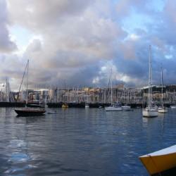 voller Ankerplatz und Marina