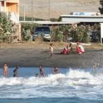 die Kinder freuen sich über die Wellen
