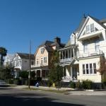 liebevoll restaurierte Häuser säumen den Straßenrand