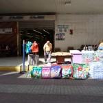 Taschenverkäufer vor dem Supermarkt