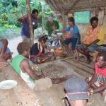 die Männer bereiten das Kava vor